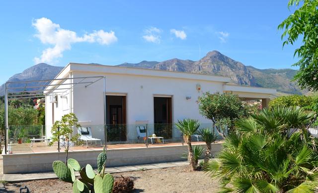 The facade of Villa Playa